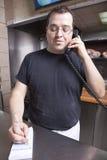 De eigenaar van het restaurant het schrijven neemt orde terwijl op t Royalty-vrije Stock Fotografie