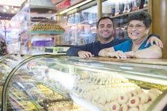 De eigenaars van de bakkerijwinkel stock afbeelding