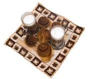 De eigengemaakte bakkerij van de kaneelslak met latte Stock Foto's