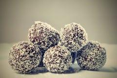 De eigengemaakte ballen van de kokosnotenrum op plaat De snoepjes van Kerstmis Traditionele eigengemaakte met de hand gemaakte Ts Royalty-vrije Stock Afbeeldingen
