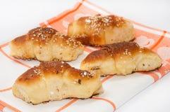 De eigengemaakte broodjes op de keuken kleden zich Stock Foto