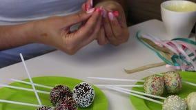 De eigengemaakte cake knalt leugen op de platen v??r verpakking Suikergoed met zwart-witte chocolade wordt behandeld die Met dive stock videobeelden