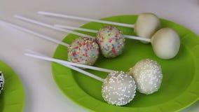 De eigengemaakte cake knalt leugen op de platen v??r verpakking Suikergoed met zwart-witte chocolade wordt behandeld die Met dive stock video