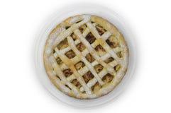 De eigengemaakte cake met appelen en de kaneel op glasplaat op witte vlakte als achtergrond lagen Stock Afbeeldingen