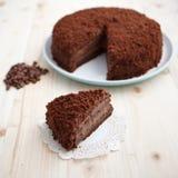 De eigengemaakte cake van de chocoladeelektriciteitspanne op een houten lijst Stock Foto's
