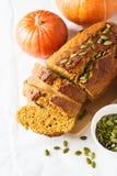 De eigengemaakte cake van het pompoenbrood op witte achtergrond Stock Fotografie