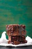 De eigengemaakte cakes van chocolade zoete brownies met kers en chocoladesaus of stroop op een donkere achtergrond Stock Afbeelding
