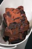 De eigengemaakte cakes van chocolade zoete brownies met kers en chocoladesaus of stroop op een donkere achtergrond Stock Foto
