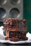 De eigengemaakte cakes van chocolade zoete brownies met kers en chocoladesaus of stroop op een donkere achtergrond Royalty-vrije Stock Foto's