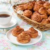 De eigengemaakte cakes van kaneelbroodjes Stock Foto's