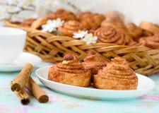 De eigengemaakte cakes van kaneelbroodjes Stock Afbeeldingen