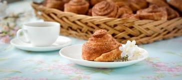 De eigengemaakte cakes van kaneelbroodjes Stock Afbeelding