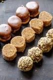 De eigengemaakte chocolade en okkernootkant van het snoepjes ovale portret wijd Stock Fotografie
