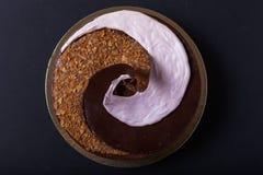 De eigengemaakte chocoladecake met spiraal decore royalty-vrije stock fotografie