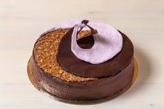 De eigengemaakte chocoladecake met spiraal decore royalty-vrije stock foto