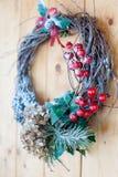De eigengemaakte close-up van de Kerstmiskroon op de voor houten deur stock afbeeldingen