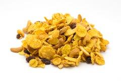 De eigengemaakte cornflakes van de honingskaramel op witte achtergrond stock foto's