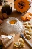 De Eigengemaakte deegwaren van de ravioli met Pompoen Stock Afbeeldingen