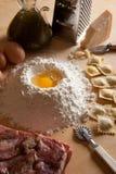 De Eigengemaakte deegwaren van de ravioli met vlees Stock Afbeelding