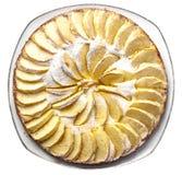 De eigengemaakte die appelcake met suikerglazuursuiker wordt bestrooid ligt op een plaat op een witte hoogste mening als achtergr royalty-vrije stock afbeelding