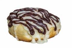 De eigengemaakte die broodjes van de cinnabonkaneel met roomkaas verglazen en chocoladesuikerglazuur op witte achtergrond wordt g Royalty-vrije Stock Fotografie