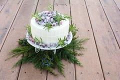 De eigengemaakte Fonkelende Cake van de Amerikaanse veenbes Witte Chocolade Stock Afbeeldingen