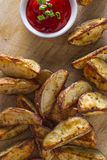 De eigengemaakte Frieten van de Aardappelwig met Ketchup Royalty-vrije Stock Fotografie