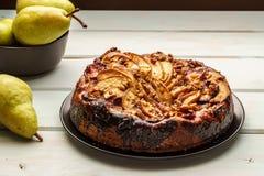de eigengemaakte gebakjes van de perencake op een witte schotel op lijst stock foto