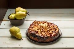 de eigengemaakte gebakjes van de perencake op een witte schotel op lijst royalty-vrije stock foto's