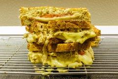 De eigengemaakte gehele sandwiches van de korrelbrood geroosterde kaas royalty-vrije stock afbeeldingen