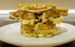 De eigengemaakte gehele sandwiches van de korrelbrood geroosterde kaas op een plaat royalty-vrije stock foto's