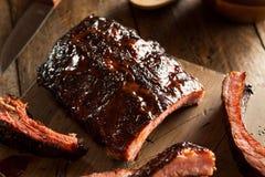 De eigengemaakte Gerookte Ribben van het Barbecuevarkensvlees Royalty-vrije Stock Afbeeldingen