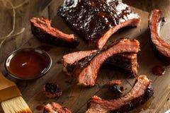 De eigengemaakte Gerookte Ribben van het Barbecuevarkensvlees Royalty-vrije Stock Foto