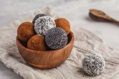 De eigengemaakte Gezonde Ballen van de veganist Ruwe Energie met johannesbrood, een papaver royalty-vrije stock afbeeldingen