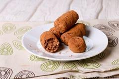 De eigengemaakte gezonde truffels van de veganistchocolade met data, kokosnoot Stock Afbeeldingen
