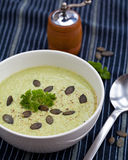 De eigengemaakte groene die soep van de broccoliroom in witte kom wordt gediend Royalty-vrije Stock Fotografie