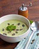 De eigengemaakte groene die soep van de broccoliroom in witte kom wordt gediend Royalty-vrije Stock Foto's