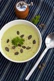 De eigengemaakte groene die soep van de broccoliroom in witte kom wordt gediend Royalty-vrije Stock Afbeelding