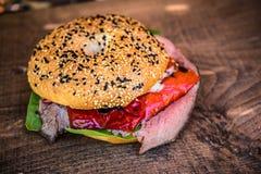 De eigengemaakte hamburger van het rundvleeslapje vlees met vlees stock fotografie