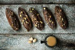 De eigengemaakte hefbomen van de dieetklep met hierboven pistache en noten, vlakke vierkanten van Royalty-vrije Stock Foto's