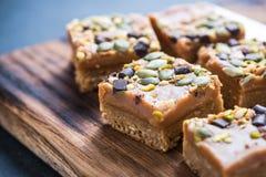De eigengemaakte hefbomen van de dieetklep met pistache en noten royalty-vrije stock fotografie