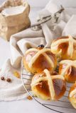 De eigengemaakte hete dwarsbroodjes voor ontbijt Zoete Pasen behandelt stock fotografie