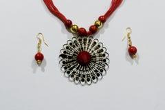 De eigengemaakte Indische Kunstmatige Ketting van ontwerpersilk thread head of Maang Tikka of Klassieke Armband met Oorringeninza royalty-vrije stock afbeelding
