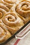 De eigengemaakte Kleverige Broodjes van het Kaneelbroodje Stock Foto's