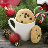 De eigengemaakte koekjes met chocoladedalingen voor het feest van Santa Claus in het nieuwe die jaar door spar wordt omringd vert Stock Afbeeldingen