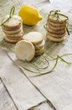De eigengemaakte koekjes van de citroensuiker op linnentafelkleed Royalty-vrije Stock Fotografie