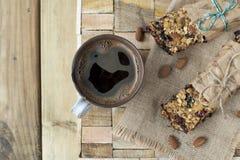 De eigengemaakte koekjes van de havermeelrozijn met koffie op houten achtergrond hierboven Vlak leg royalty-vrije stock afbeelding