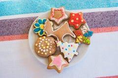De eigengemaakte koekjes van de Kerstmisgember op een plaat Royalty-vrije Stock Afbeelding