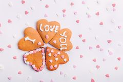 De eigengemaakte koekjes in de vorm van hart met het letteing van I houden van u met het suikergoedharten van de snoepjessuiker o Stock Fotografie