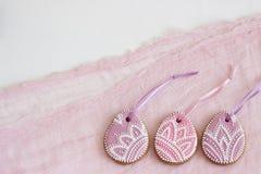 De eigengemaakte lilac en roze kleur van peperkoekpasen in de vorm van ei met een bloemenpatroon royalty-vrije stock foto's